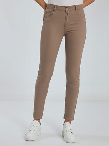 Ψηλόμεσο παντελόνι, πέντε τσέπες, κλείσιμο με φερμουάρ και κουμπί, θηλιές στη μέση, ύφασμα με ελαστικότητα, μπεζ σκουρο