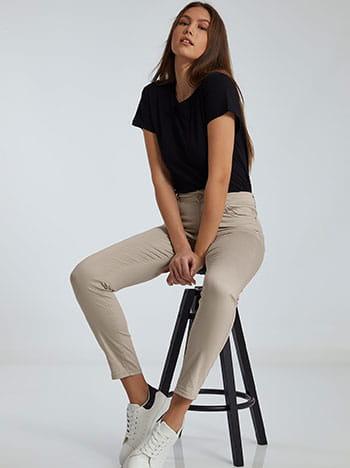Ψηλόμεσο παντελόνι, πέντε τσέπες, κλείσιμο με φερμουάρ και κουμπί, θηλιές στη μέση, ύφασμα με ελαστικότητα, μπεζ