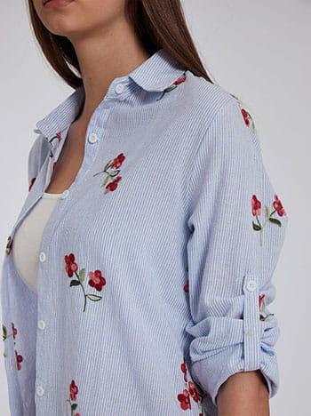 Ριγέ πουκάμισο με κέντημα λουλούδια, ασύμμετρο τελείωμα, γυριστό μανίκι με κουμπί, άνοιγμα στο πλάι, κλείσιμο με κουμπιά, γαλαζιο λευκο