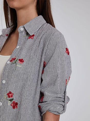 Ριγέ πουκάμισο με κέντημα λουλούδια, ασύμμετρο τελείωμα, γυριστό μανίκι με κουμπί, άνοιγμα στο πλάι, κλείσιμο με κουμπιά, ασπρο-μαυρο