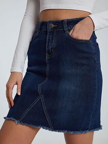 Τζιν φούστα με ξέφτια στο τελείωμα, πέντε τσέπες, κλείσιμο με φερμουάρ και κουμπί, θηλιές στη μέση, ιντιγκο