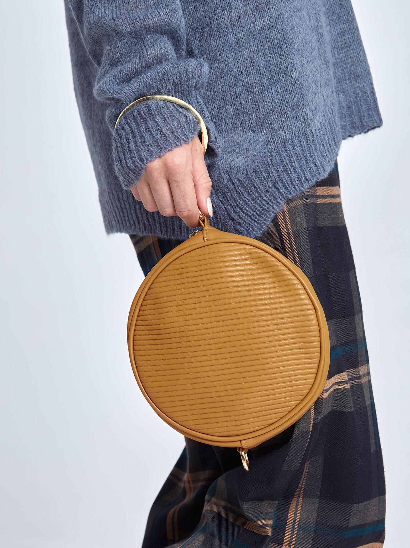Στρογγυλή ανάγλυφη τσάντα με κρίκο σε μουσταρδι 8e979f45739