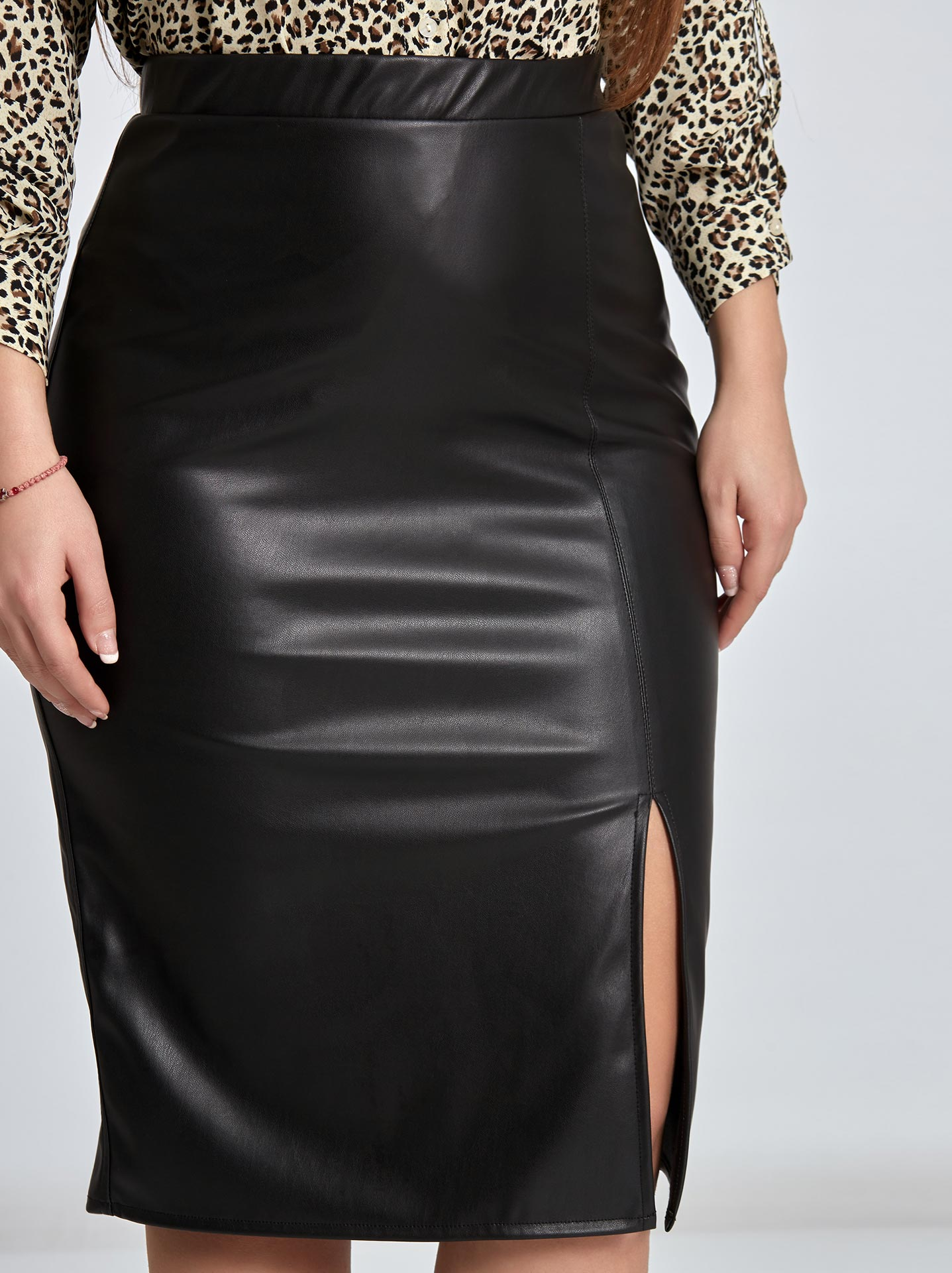Midi φούστα από δερματίνη με άνοιγμα curvy σε μαυρο 81cf1313e29
