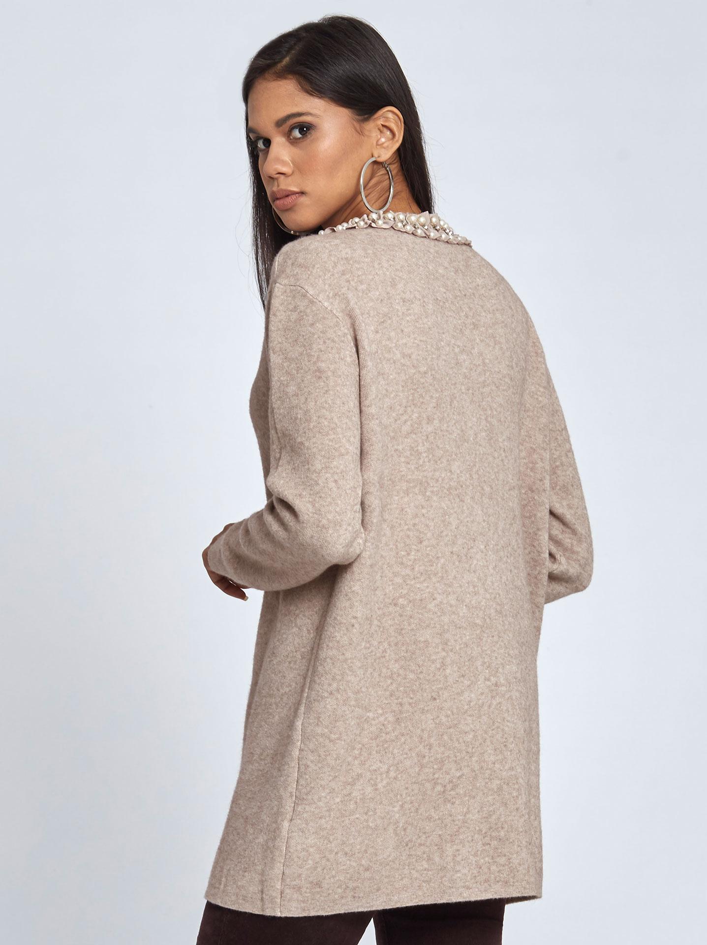 ea595a236be4 Μακρύ πουλόβερ με πέρλες και strass σε μπεζ